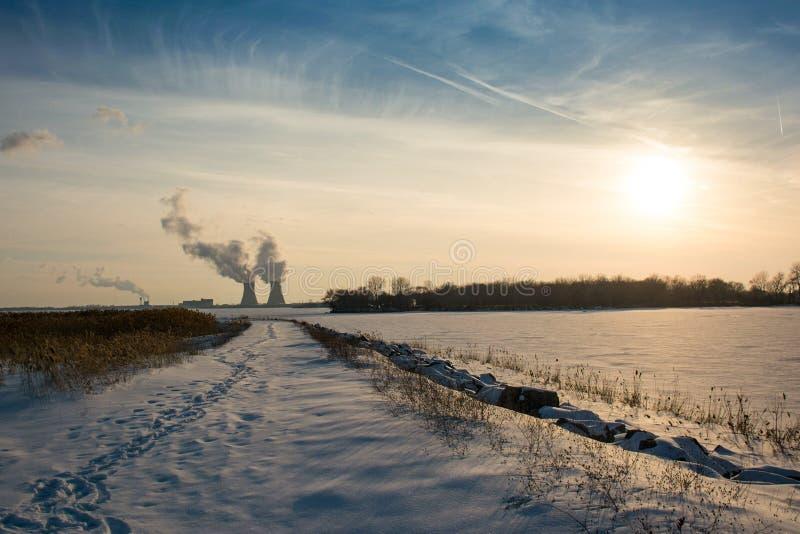 在落日旁边的核电站在冬天 库存图片