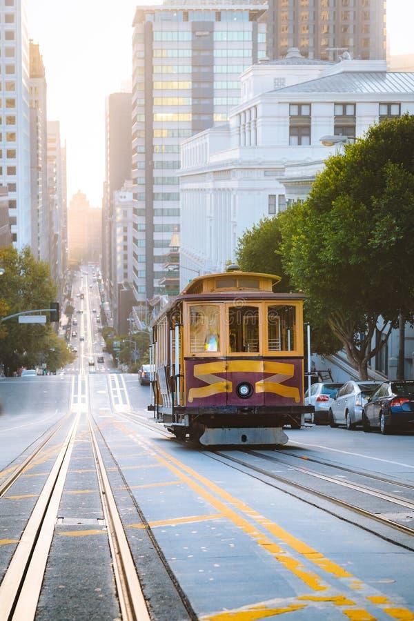 在著名加利福尼亚街上的历史的旧金山电车在日出,加利福尼亚,美国 库存照片