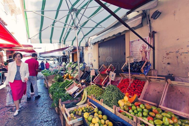 在著名地方市场品柱的杂货店在巴勒莫,意大利 图库摄影