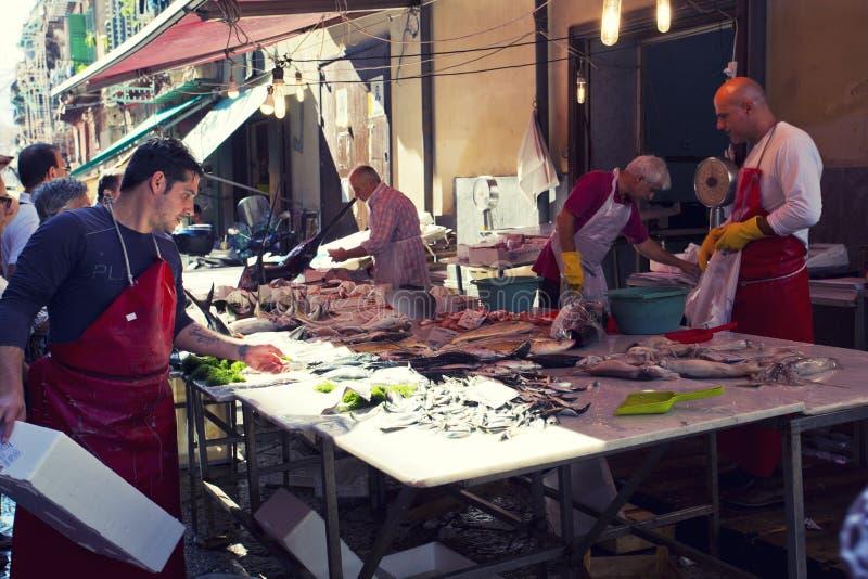 在著名地方市场品柱的杂货店在巴勒莫,意大利 免版税库存图片