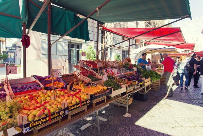 在著名地方市场品柱的杂货店在巴勒莫,意大利 库存图片