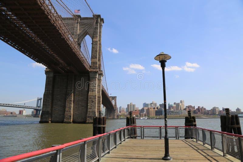 在著名布鲁克林大桥下的看法从南大街海口 图库摄影