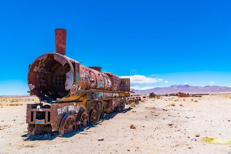 在著名火车的生锈的火车cemetry在乌尤尼盐沼 库存照片