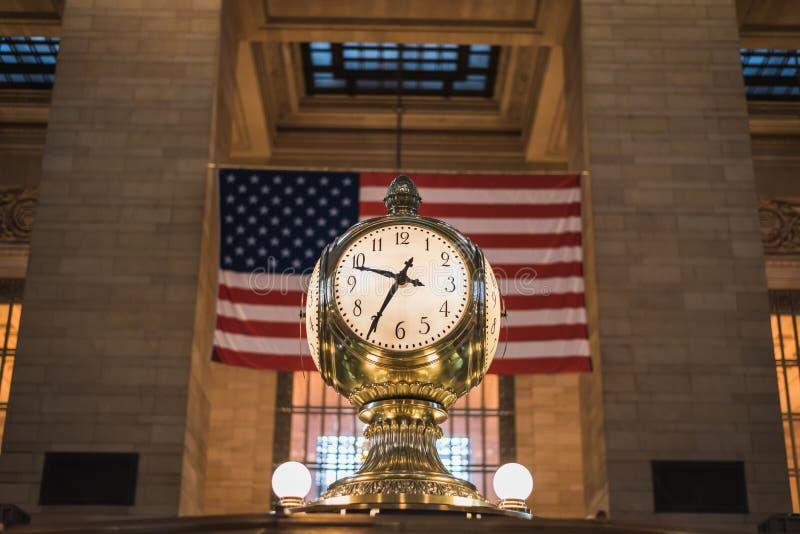 在著名盛大金黄时钟的上午10:35在盛大纽约中部 免版税库存照片