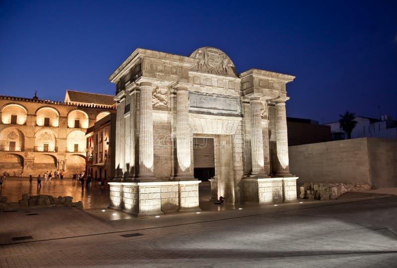 在著名罗马桥梁的门在科多巴,西班牙 免版税图库摄影