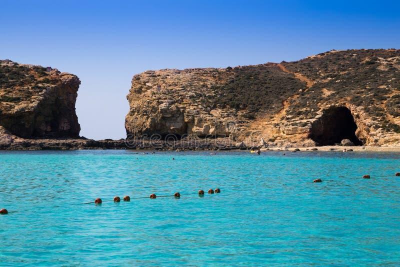 在著名蓝色盐水湖的科米诺岛,马耳他-美丽的天蓝色的海水在科米诺岛海岛上  库存图片