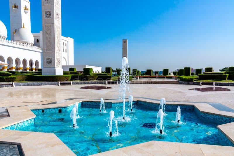 在著名谢赫扎耶德大清真寺附近的喷泉在阿布扎比,阿拉伯联合酋长国 免版税库存图片