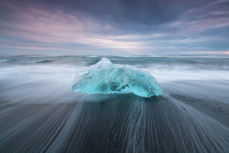 在著名金刚石海滩,冰岛的剧烈的天气 这个沙子熔岩海滩许多巨型冰宝石有很多 免版税图库摄影