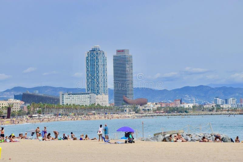 在著名Barceloneta海滩的巴塞罗那视图 免版税库存照片