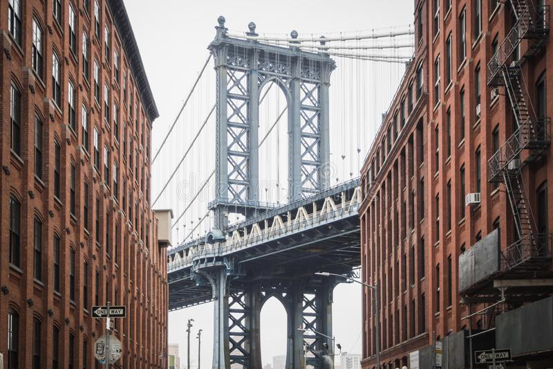在著名Dumbo的看法和布鲁克林街道的曼哈顿大桥  免版税图库摄影