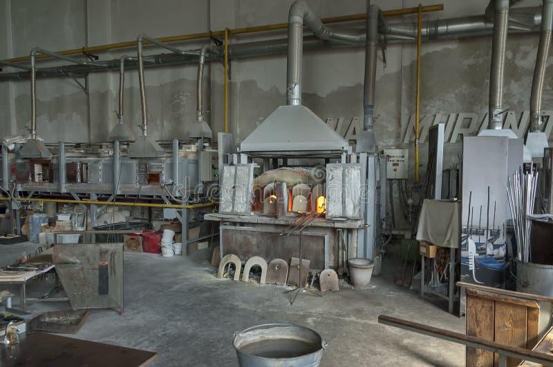 在著名Murano老玻璃工厂里面的大气 图库摄影