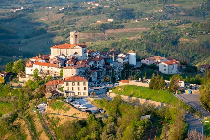 在葡萄园之间的村庄Å martno在酒区域布尔达河在斯洛文尼亚 免版税库存图片