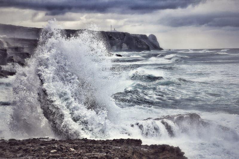 在葡萄牙的海岸的波浪崩溃 免版税库存照片