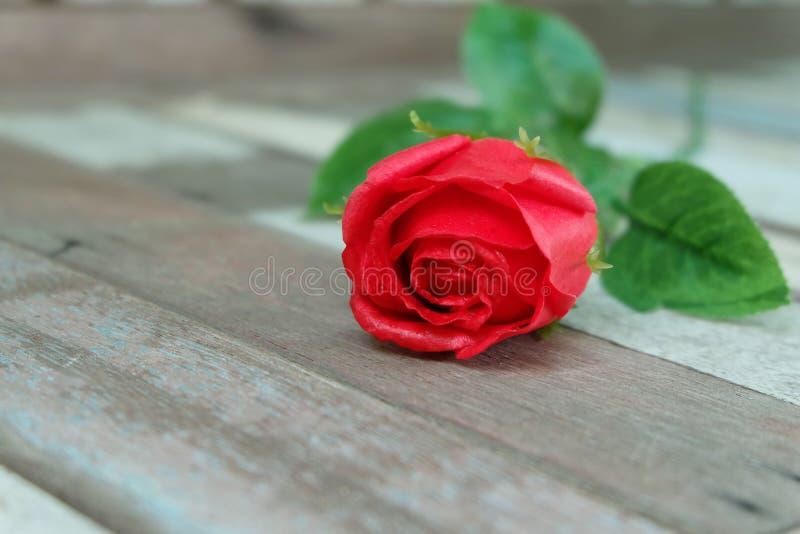 在葡萄酒地板上的红色玫瑰 图库摄影