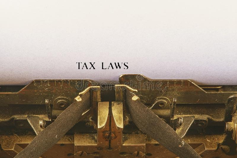 在葡萄酒打字机的特写镜头 在制定税法的信件的前面焦点发短信 企业与减速火箭的办公室工具的概念图象 库存图片