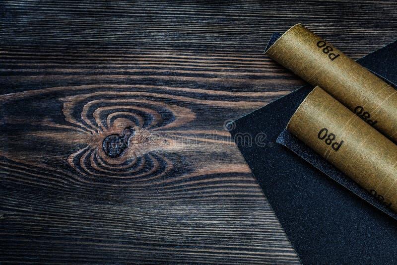 在葡萄酒木头的滚动的沙子纸 库存图片