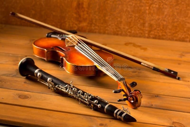 在葡萄酒木头的经典音乐小提琴和单簧管 库存照片