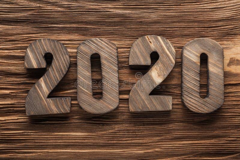 在葡萄酒木头背景的2020封木信件 免版税库存图片