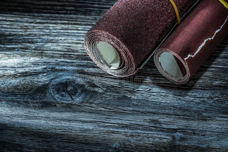 在葡萄酒木板的滚动的砂纸 免版税库存照片
