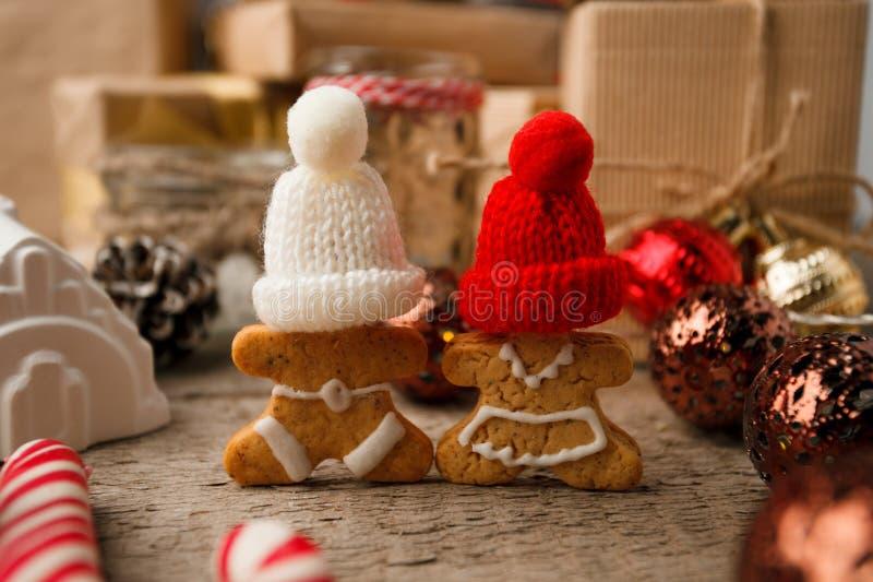 在葡萄酒木桌上的圣诞节自创姜饼夫妇曲奇饼 圣诞节欢乐特写镜头 免版税库存图片
