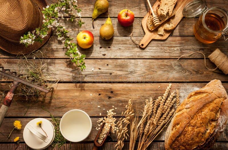 在葡萄酒木桌上的自然地方食品 库存图片