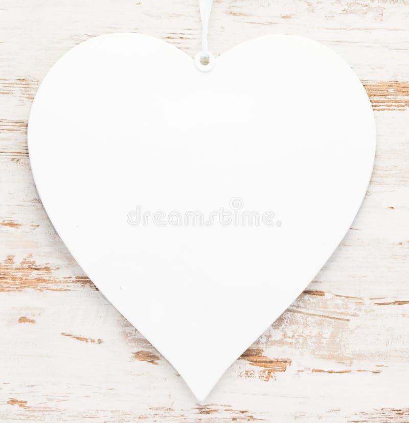 在葡萄酒木背景的白色心脏 图库摄影