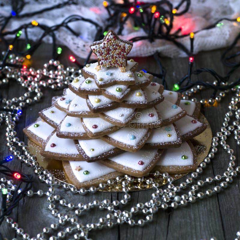 在葡萄酒木背景的自创被烘烤的圣诞节姜饼树 茴香、桂香、烘烤的卷、星形式和装饰ut 免版税库存图片