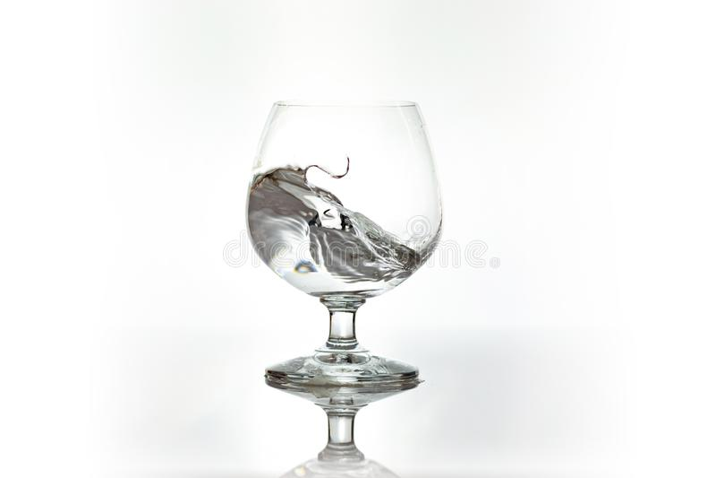 在葡萄酒杯的喷水 水飞溅 库存图片