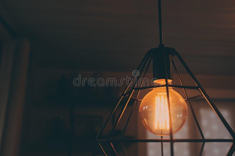 在葡萄酒样式照明设备的爱迪生灯在平衡家庭内部 库存图片