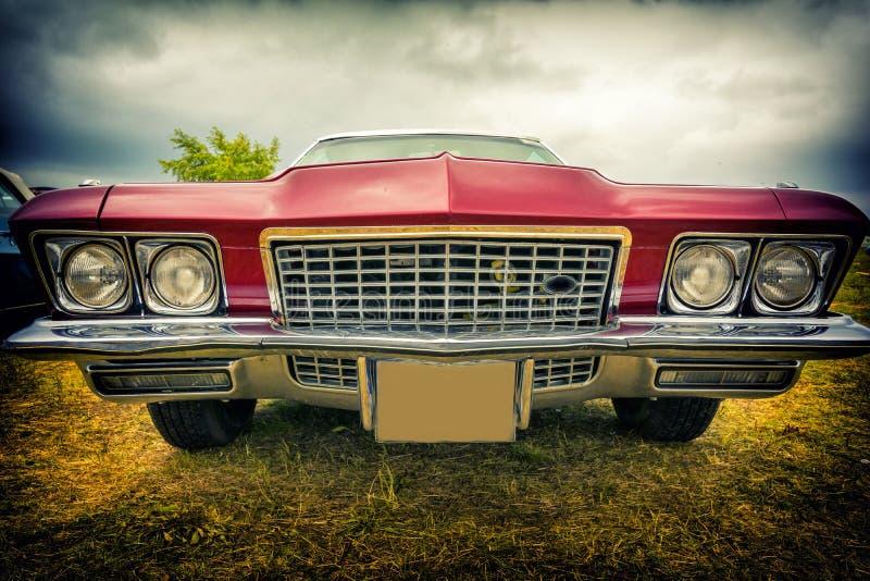 在葡萄酒样式的老美国汽车 免版税库存照片