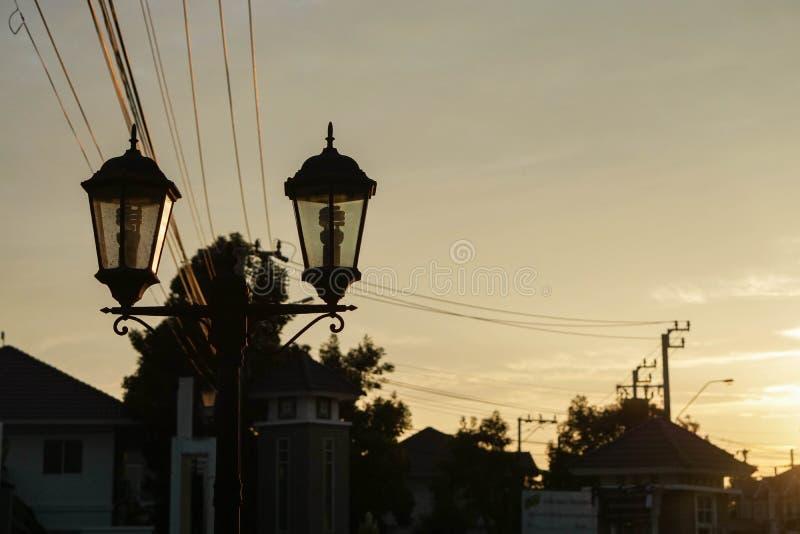 在葡萄酒样式的路灯柱在日落 库存图片