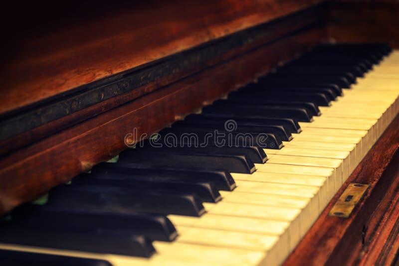 在葡萄酒样式的钢琴 免版税库存图片