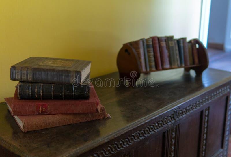在葡萄酒梳妆台的旧书 免版税库存图片