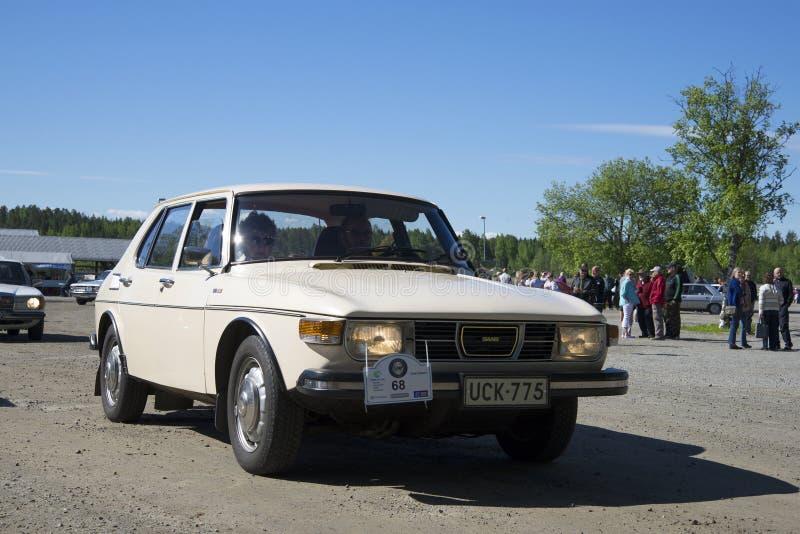 在葡萄酒汽车游行的SAAB-99在Kerimyaki镇  芬兰 免版税库存图片