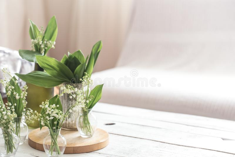 在葡萄酒玻璃瓶的白色春天花snowdrops在白色木桌,村庄室内装饰上 免版税图库摄影