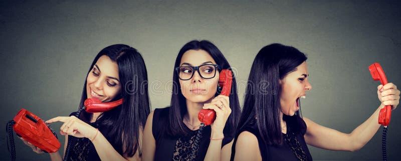 在葡萄酒电话好奇地听的和生气的尖叫的妇女拨的数字在电话 免版税库存图片