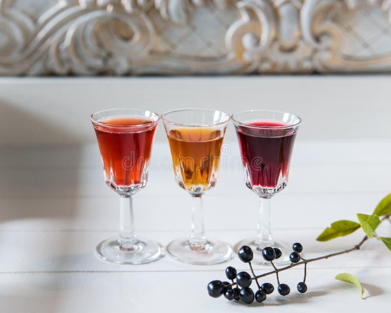 在葡萄酒白色木背景的三多彩多姿的酒 Ð ¡ opy空间 免版税库存图片