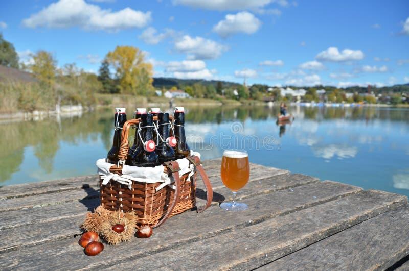 在葡萄酒篮子的啤酒瓶 免版税库存照片