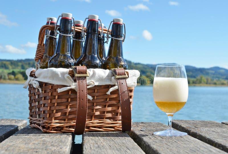 在葡萄酒篮子的啤酒瓶 免版税库存图片