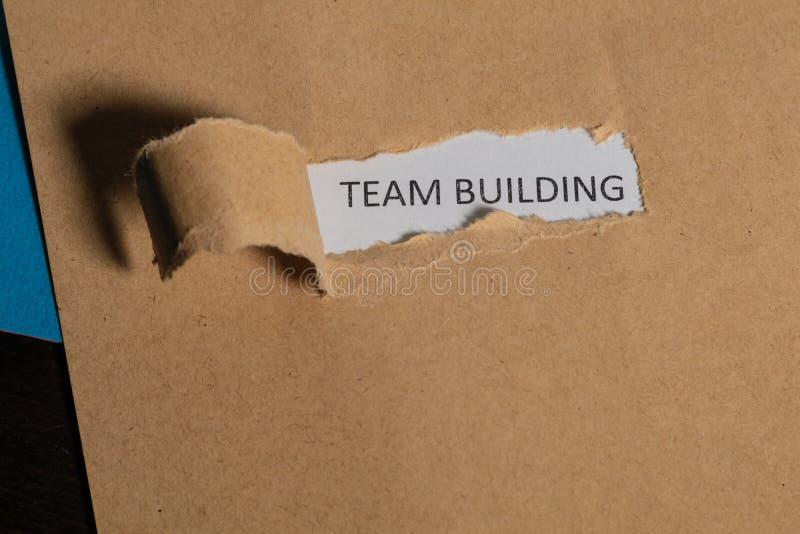 在葡萄酒纸写的企业词对组织工作 r 显露词的被撕毁的纸 创新和想法 图库摄影