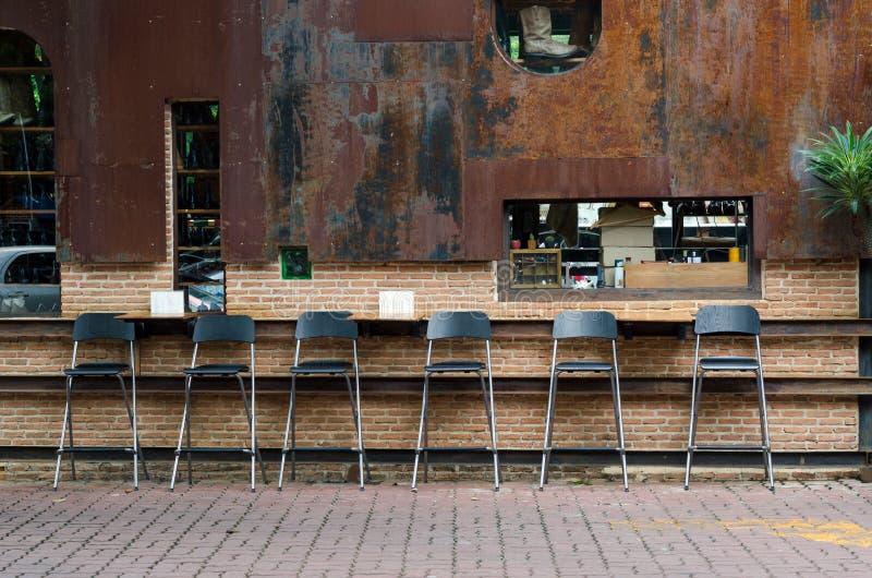 在葡萄酒自助食堂的咖啡馆椅子 图库摄影