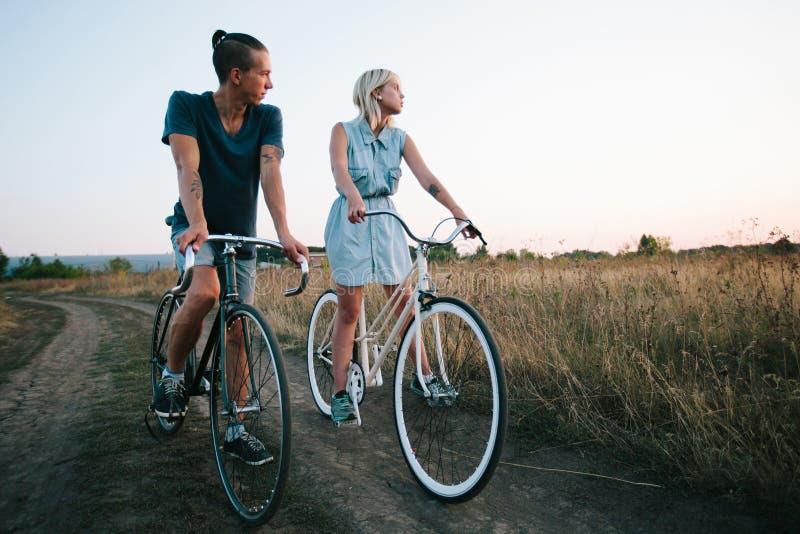 在葡萄酒自行车的年轻夫妇 库存照片