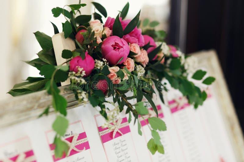 在葡萄酒蟒蛇的创造性和典雅的婚礼桌情况名单 图库摄影