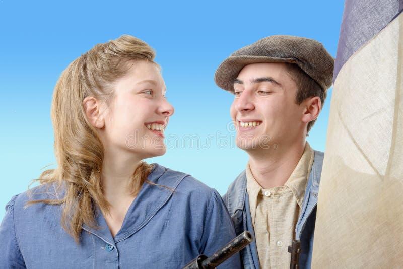 在葡萄酒衣物, 40s的年轻工人夫妇 免版税库存照片