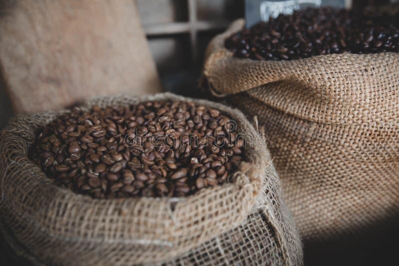 在葡萄酒袋子的咖啡豆 免版税库存图片