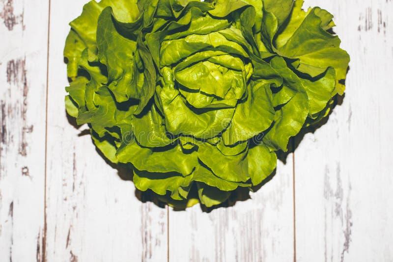 在葡萄酒被称呼的桌上的新鲜的水多的绿色莴苣 库存图片