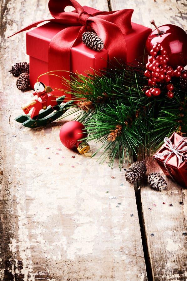 在葡萄酒设置的圣诞节礼物 库存照片