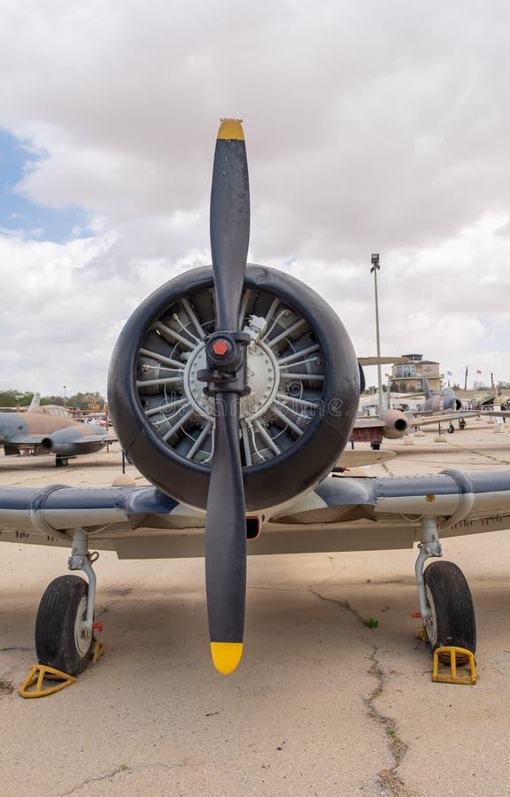 在葡萄酒飞机的马达和推进器的正面图 免版税库存照片