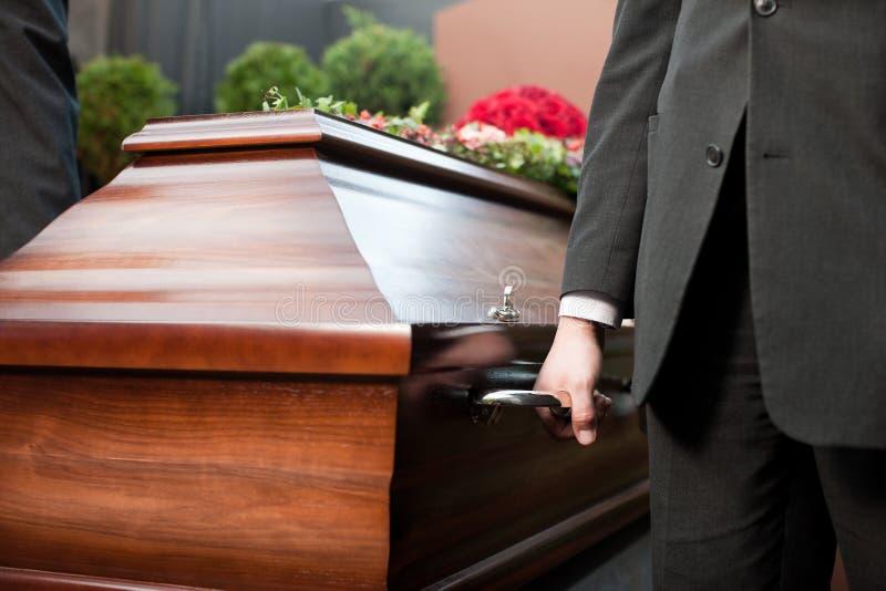 在葬礼的棺材持票人运载的小箱 免版税图库摄影