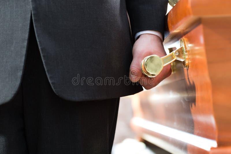 在葬礼的棺材持票人运载的小箱 库存照片